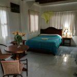 Habitación con camas y mesa Villa Colombia